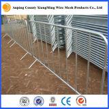 Linha barricada das barreiras do controle que cerc barreiras do controle de multidão do metal