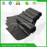 Черный пластичный мешок отброса на крене