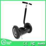 Individu de 2 rouleaux équilibrant le scooter électrique intelligent