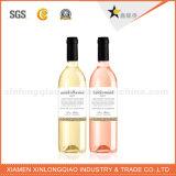 La aduana de la fábrica cortó la escritura de la etiqueta de papel adhesiva de la etiqueta engomada con tintas de la botella de vino