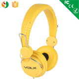 귀 전화에서 최상 황금 노란 이동 전화 헤드폰