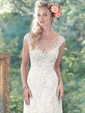 El nuevo cordón de la llegada que rebordea el V-Cuello ata con correa el vestido de boda