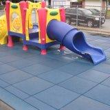 Kind-Baby-Kind-Kind-im Freienspielplatz-Spiel-Gummifußboden-Matten