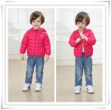 子供の男の子の女の子は羽のコートの衣服のジャケットの方法タイプ605をからかう