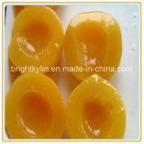 가벼운 시럽에 있는 맛있은 통조림으로 만들어진 노란 복숭아