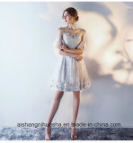 A dama de honra elegante do laço veste vestidos feitos sob encomenda do vestido curto do partido do bordado