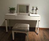 Les meubles à la maison antiques composent le Tableau de raboteuse avec le tiroir