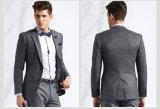 灰色のウールの人のスーツ