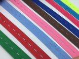 Weißes elastisches Band mit Tasten-Loch