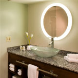 照明ミラーのあたりでついている5つの星のホテルの浴室の虚栄心LED