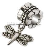 가재 걸쇠를 가진 아름다운 나비 매력