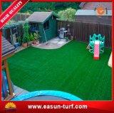Остает трава зеленой пластичной дерновины синтетическая для декора сада