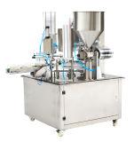 Завалка чашки воды алюминиевой фольги чисто и машина запечатывания