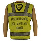 Polícia de trânsito que desgasta a veste reflexiva