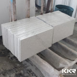 Zu Größen ausgeführten Quarz-Stein-Fußboden-Fliesen schneiden