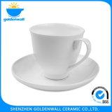 Tazza di caffè di ceramica bianca elegante con il piattino