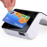 NFCの読取装置が付いている1台のレストランPOSターミナルの人間の特徴をもつスマートな可動装置すべて