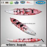 De gran tamaño 3 personas plástico se sientan encima del barco kayak de travesía