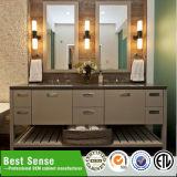Diseño moderno de la vanidad del cuarto de baño con el espejo