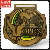 Medalla bonito y colorido del deporte con el encargo