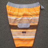 Gli uomini adattano gli Shorts stampati della spiaggia di svago