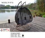 2つのアームフレームが付いている円形の椅子