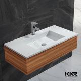白い固体表面の浴室の壁は洗面器の流しをハングさせた