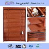 Il legno della copertura di finestra acceca le veneziane