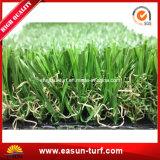庭の装飾を美化しているSの形の人工的な草