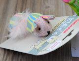Harmlose Kugel-Katze, die den hölzernen Stock sich schart Mäuseplüsch-Spielwaren spielt