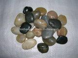 白く黒いベージュ色の川の石造りの小石の美化