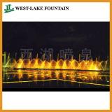 Bella acqua leggera che balla intorno alla fontana del raggruppamento per il quadrato della gente