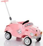 Езда младенца на автомобиле с нажимом картины и руки