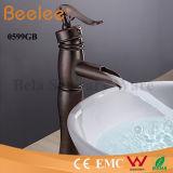Robinet de cuivre antique de bassin de salle de bains de robinet