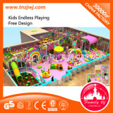 Le grand labyrinthe d'intérieur joue le matériel de cour de jeu pour des enfants