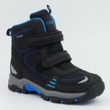子供の防水靴をハイキングする屋外の履物のスポーツ