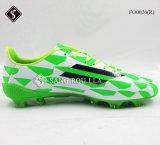 Удобные ботинки напольных спортов людей футбола