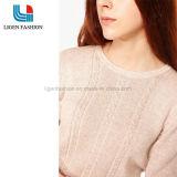 女性は美しいパターンが付いているプルオーバーのセーターを編んだ