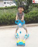 子供のスクーターの折る子供のフィートのペダルの蹴りのスクーター