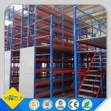 Unidades industriales de la estantería en estante del entresuelo