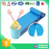 Bolso de basura plástico de la cocina con la maneta del lazo