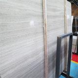 Белый деревянный мрамор кроет стену и пол черепицей