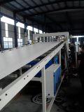 Máquina expulsando para a folha do PVC