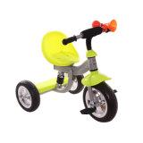 3つの車輪の赤ん坊のおもちゃ車は三輪車をからかう