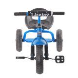 3개의 바퀴 페달 세발자전거가 파란 색깔에 의하여 농담을 한다
