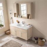 Vaidade do banho da parede da madeira contínua de projeto moderno com gabinete do espelho