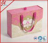 贅沢な荷箱、紙箱、ハンドルが付いている衣服のギフト用の箱