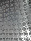 装飾的な穴があいた金属のパネル