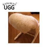 白の長いウールが付いている自然な単一の毛皮の羊皮の敷物