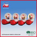 Il Babbo Natale all'interno del globo di vetro della neve dell'acqua di figura dei pattini